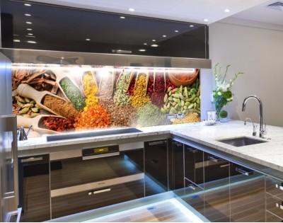 W PRZYPRAWACH - hartowany panel szklany do kuchni na wymiar